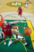 图文:[NBA]快船负超音速 沃特森强行突破