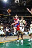 图文:[NBA]快船负超音速 迪考上篮