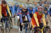 图文:[自行车]世界杯 中国队选手骑车前行