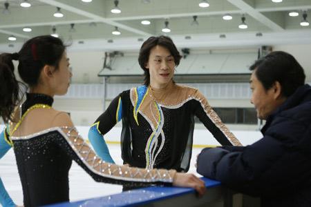 图文:[花滑]庞清佟健备战总决赛 接受姚滨指点