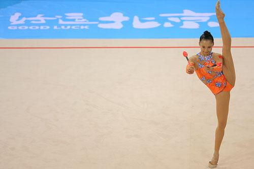 图文:艺术体操邀请赛个人全能赛 李红杨上场