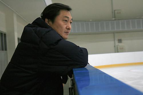 图文:中国花滑队备战总决赛 姚滨认真观看训练