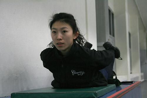 图文:中国花滑队备战总决赛 庞清进行身体训练