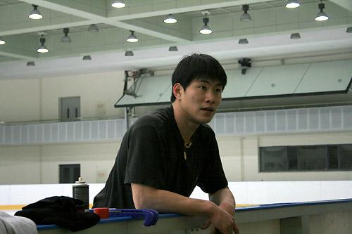 图文:中国花滑队备战总决赛 张昊场边聆听点评