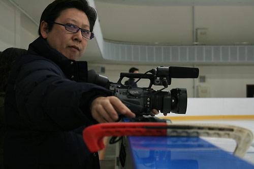 图文:中国花滑队备战总决赛 教练拍摄训练视频