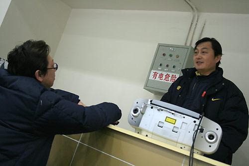 图文:中国花滑队备战总决赛 教练讨论训练细节