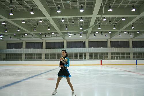 图文:中国花滑队备战总决赛 队员庞清在训练中
