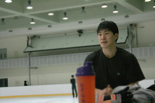 图文:中国花滑队备战总决赛 队员张昊在训练中