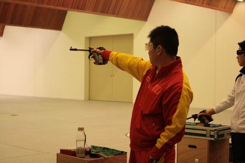 图文:徐坤勇夺50米手枪慢射冠军 双眼直视前方