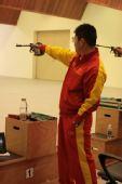 图文:徐坤勇夺50米手枪慢射冠军 场上镇定自若