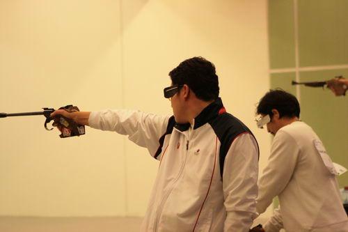 图文:徐坤勇夺50米手枪慢射冠军 选手全神贯注
