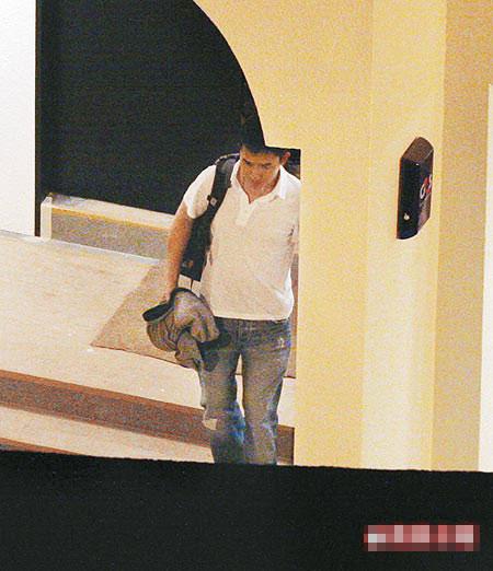 梁朝伟本月3日晚,衣着轻便从他与刘嘉玲新购的豪宅走出。