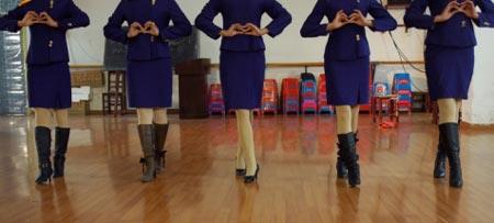 05级航空班的女学生们正在练功房内对着镜子练习走台步。 本报记者 田振龙 实习生 李鹏 摄