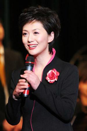 资料图:2006年12月10日,上海交响乐团演出,中央电视台主持人海霞主持。