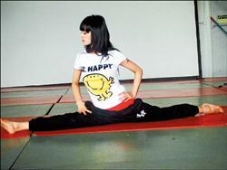 蔡依林赴英国伦敦练舞时,穿著与彭于晏不同表情的同款T恤