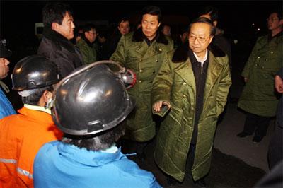 12月6日夜,李毅中、张宝顺看望慰问随时待命抢险的救援队员。