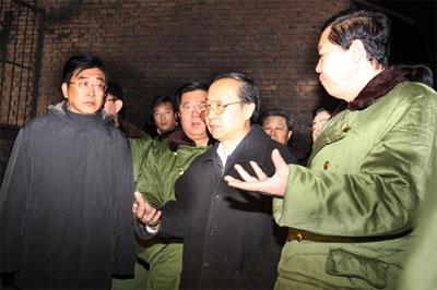 李毅中、省委书记张宝顺(右)、孟学农(左)、王显政在事故现场连夜指挥抢险救援工作。