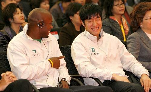 图文:刘翔、鲍威尔相会上海约战北京 现场交谈