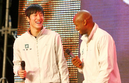 图文:刘翔、鲍威尔相会上海约战北京 回答提问
