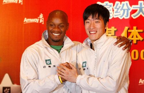 图文:刘翔和鲍威尔相会上海约战北京 合影留念