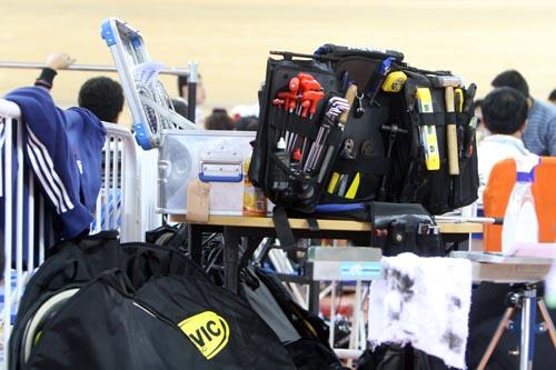 琳琅满目的工具,大量的备胎让人联想起了F1的维修站