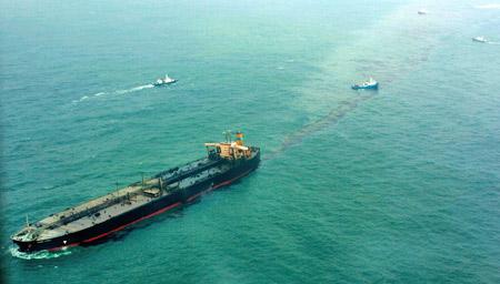 12月7日,一艘在香港登记的油轮在韩国西海岸遭到另一艘大型轮船撞击,导致1万5千吨原油泄露。