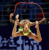图文:艺术体操个人全能决赛 加拉耶娃腾空跳绳