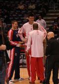 图文:[NBA]火箭VS网 姚明和两好友