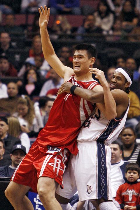 图文:[NBA]火箭VS网 姚明被对手侵犯