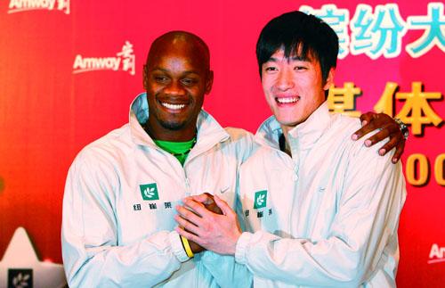 图文:刘翔鲍威尔媒体见面会 紧握双手展笑颜
