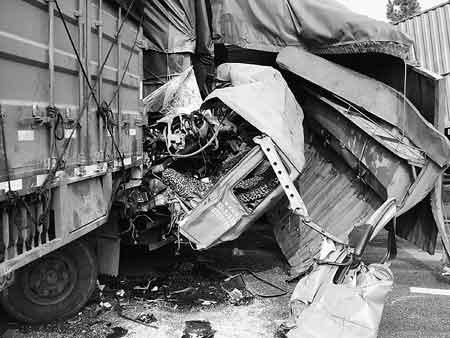 追尾事故造成车头碎裂。