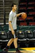 图文:[NBA]雄鹿-超音速一触即发 易建联运球
