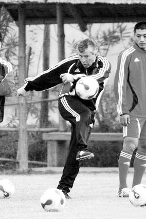 福拉多在训练中展示自己的脚法