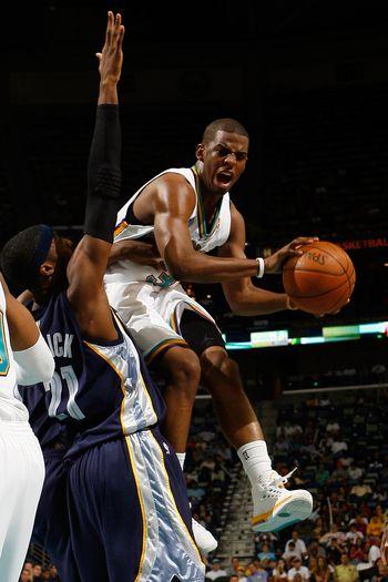 图文:[NBA]黄蜂胜灰熊  保罗狰狞分球