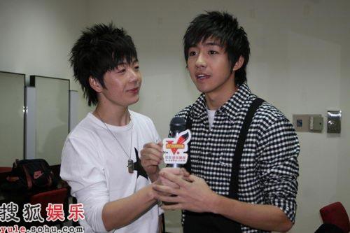 俞灏明和王悦鑫在后台接受搜狐娱乐独家专访