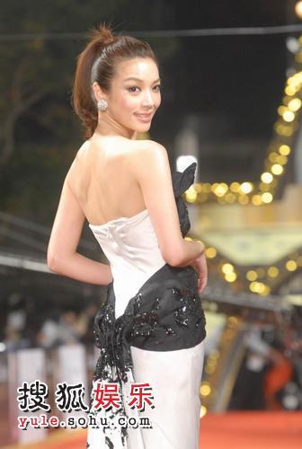 """图:台湾名模蔡淑臻""""黑蝴蝶""""白色长裙 1"""