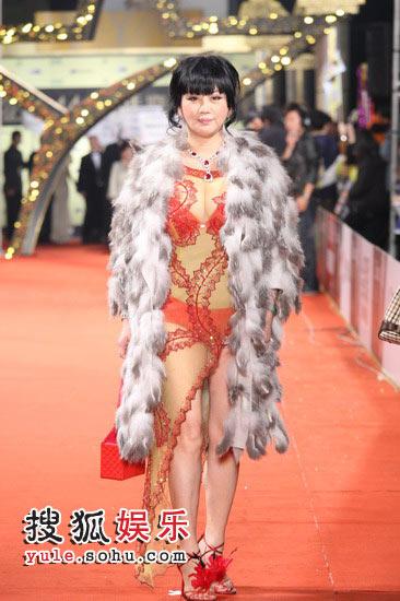 图:44届金马奖红毯  性感造型踏上红毯
