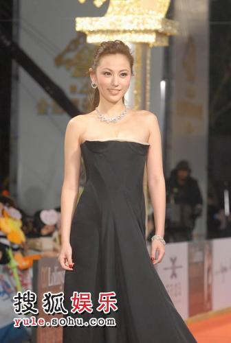 图:香港女演员刘心悠露香肩 黑裙曳地 2