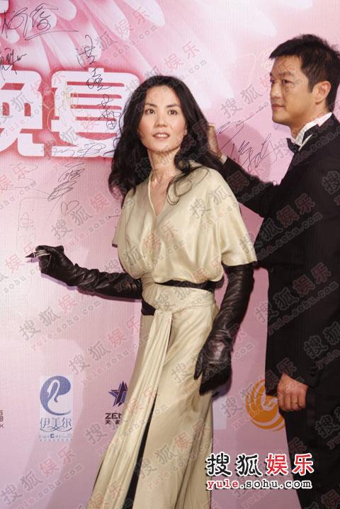 图:嫣然晚宴红毯盛况 李亚鹏王菲背景板上签字