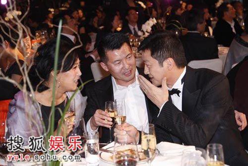 图:嫣然晚宴现场 李亚鹏同那英夫妇交谈