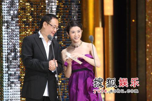 杨采妮和严浩导演颁发最佳女主角奖