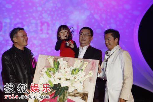 现场/图:嫣然慈善晚宴现场王中磊上台展示拍品