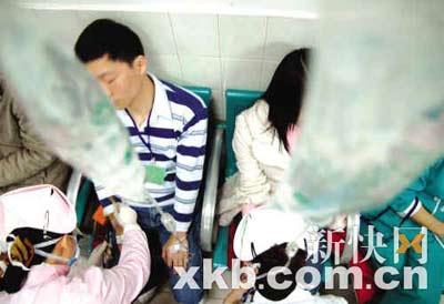 中毒者在医院接受治疗。新快报记者 王小明/摄
