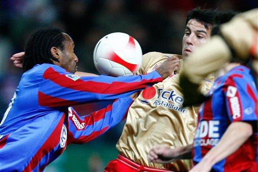 图文:[法甲]卡昂1-0里昂 索邦力拒巴罗什突破