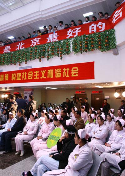 图文:奥运志愿心乐团同仁医院献歌 观看演出