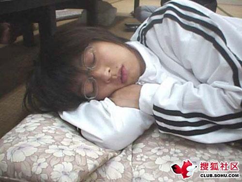 女大学生的爆笑睡姿组图 搜狐教育