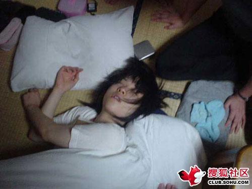 女大学生的爆笑睡姿组图