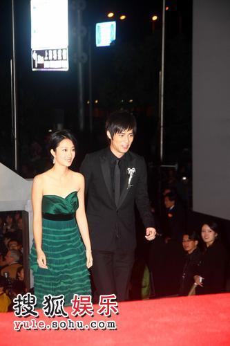 图:2007莱卡风尚大典 桂纶镁墨绿长裙亮相