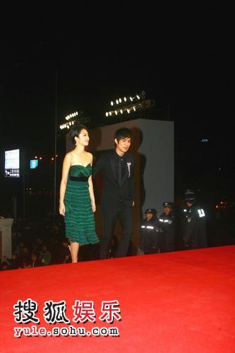 图:2007莱卡风尚大典 桂纶镁墨绿长裙显娇媚