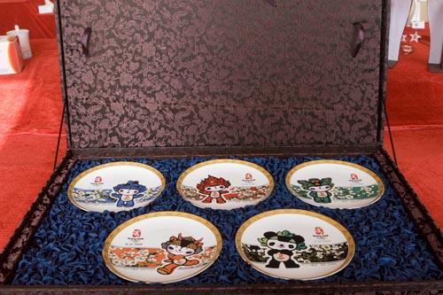 图文:奥运特许产品新添陶瓷品 福娃磁盘